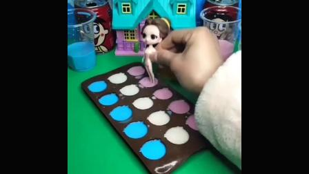 贝尔公主给白雪公主做了些小猪形状的零食,白雪让王后和她一起吃