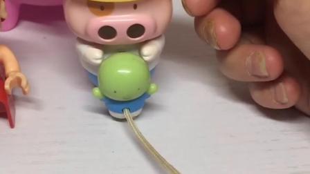 萌娃有好多小猪玩具,有猪猪侠玩具还有佩奇乔治玩具,你们最喜欢谁?