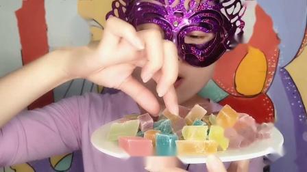"""馋嘴儿吃货妹子吃""""水晶糖""""晶莹剔透似宝石,外脆内软好香甜"""