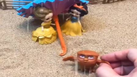 小猪佩奇玩具:白雪来接贝尔姐姐,白雪把伞送给了猫头鹰,姐妹俩一起淋雨也开心
