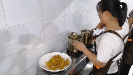 煌旗小吃培训盐焗鸡翅教学现场,美食也可以很简单.MP4