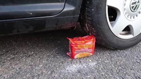 牛人驾驶小汽车碾压各种生活用品与食品,请勿轻易模仿哦!