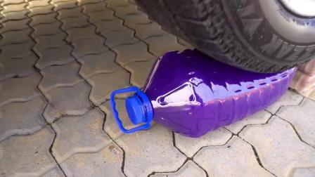 减压实验:牛人把水宝宝、饮料、史莱姆放在车轮下,好减压,勿模仿