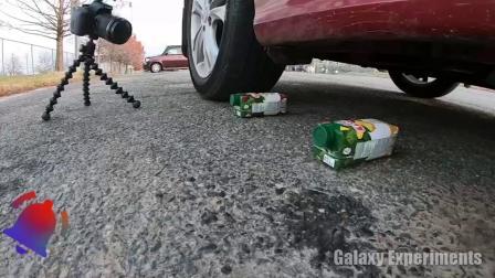 减压实验:牛人把辣椒、饮料、史莱姆放在车轮下,好减压,勿模仿