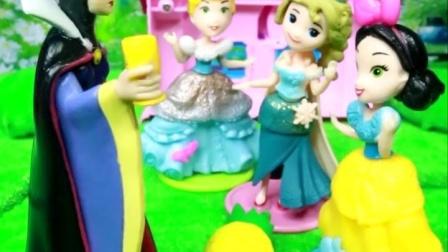 爱莎女王找到了好吃的,爱莎要把好吃的分给白雪和贝儿,白雪和贝儿好开心呀!