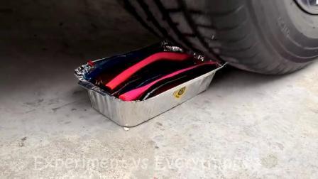 减压实验:牛人把紫薯、玩具、牙膏放在车轮下,好减压,勿模仿