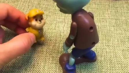 僵尸想要把汪汪队小力抓走,可豌豆射手就在你后面呢,别再做坏事了!