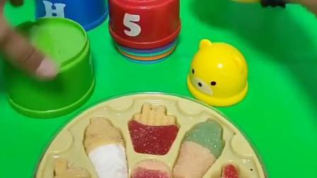 乔治给了小熊一些糖果,躲在了小熊的家里,猪妈妈还是找到了乔治