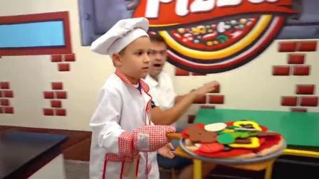 萌娃小可爱的披萨店里来了两位吃霸王餐的顾客,萌娃:你们俩快给我回来,还没付钱呢!