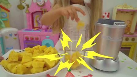 萌娃小可爱在家自己动手做菠萝味冰棍,小家伙真是棒棒哒!萌娃:看上去很美味呢!