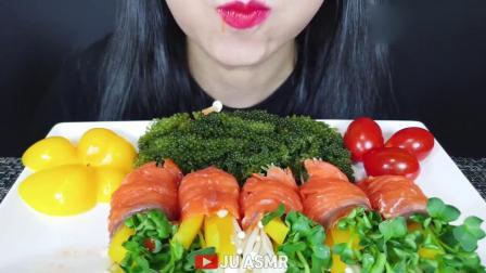 吃播大胃王:三文鱼蔬菜卷和海葡萄,发出的咀嚼声.mp4