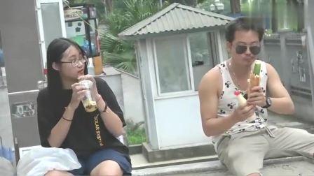 国外爆笑街头恶搞:小伙在座椅上啃着大黄瓜,