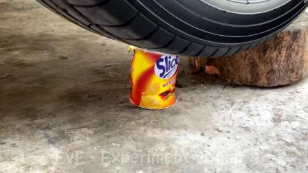 减压实验:牛人把水宝宝、饮料、玩具放在车轮下,好减压,勿模仿