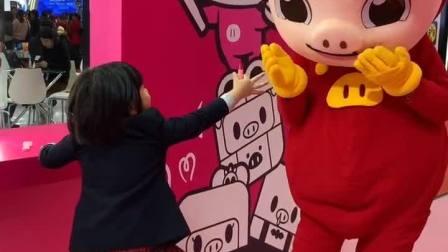 """""""猪猪侠,来画个口红嘛~"""