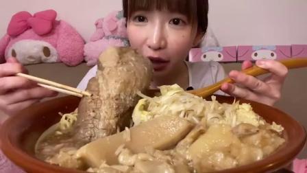 日本吃播小姐姐,一开播就来个猛的,先干一杯啤酒再接着吃!