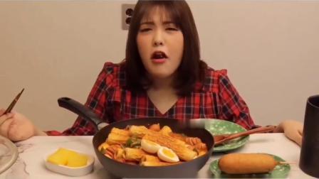 吃播小姐姐 小姐姐吃芝士鱼饼年糕煮小香肠乌冬面,吃的太让人流口水了