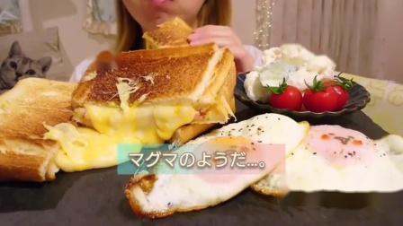 日本吃播小姐姐,吃特色芝士三明治,这咀嚼声真诱人!