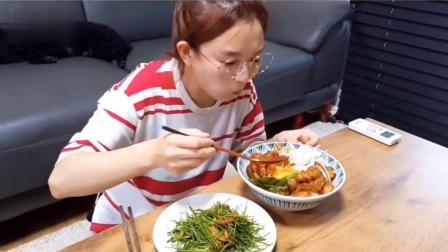吃播小姐姐:小姐姐吃牛肠拌饭 曲奇饼,吃的太香了我都馋了