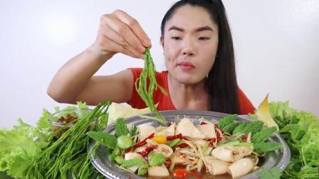 泰国吃播小姐姐,辛辣猪肉沙拉,苦瓜,沙爹,煮竹笋,臭菜会臭吗?