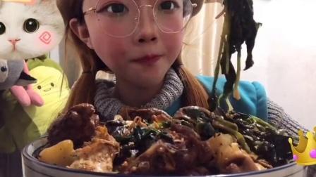 吃播小姐姐:小姐姐吃土豆炖鸡块,吧唧吧唧吃的太香了馋哭了