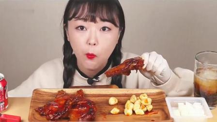 吃播小姐姐:小姐姐吃大鸡腿,一口接一口的啃得太过瘾了