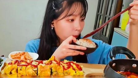 吃播小姐姐:小姐姐吃汤饭蛋卷,真是太好吃了好馋的