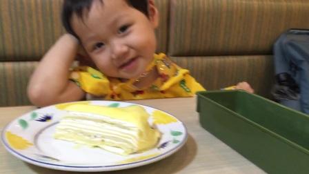 200715-12:03陶美梦吃榴莲千层蛋糕