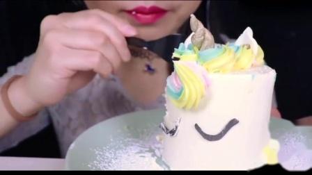 吃播小姐姐:小姐姐吃可爱独角兽奶油糖霜蛋糕,颜值高,咀嚼音更是棒