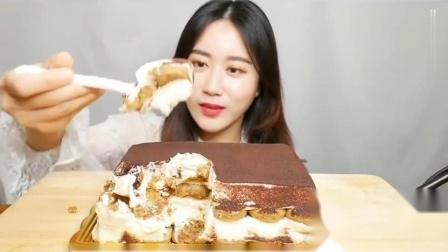 吃播小姐姐:小姐姐吃提拉米苏蛋糕,入口即化的感觉真是太幸福了