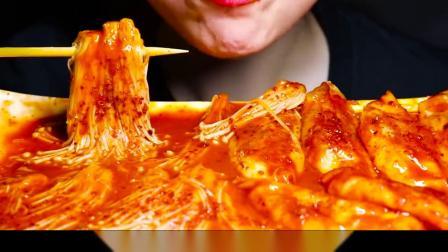 吃播小姐姐吃爆辣金针菇和饺子,满满辣酱看着就冒汗,太有食欲了!