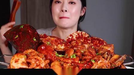 吃播小姐姐吃海鲜大餐,扇贝鲍鱼螃蟹大虾,裹满酱汁吃着简直太爽了!