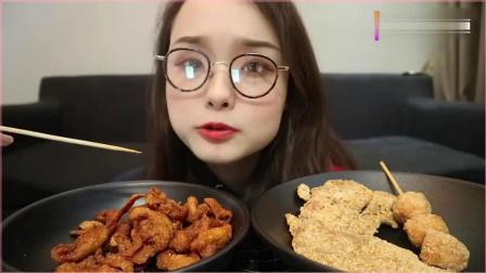 吃播小姐姐哎哟阿尤,挑战吃炸鸡皮和大鸡排,隔着屏幕都觉得香!
