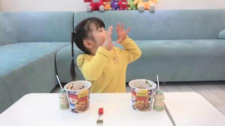 萌娃小可爱得到了一个巨大的冰激凌!小家伙真是高兴呀!萌娃:真是太棒了!