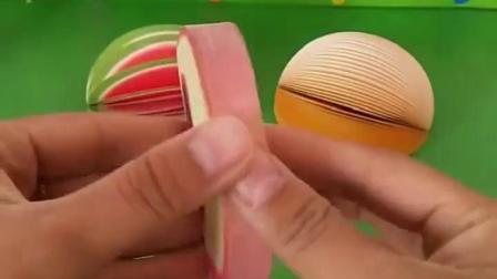 这里有很多水果便签,西瓜、苹果、草莓、猕猴桃便签,大家喜欢吃什么水果?