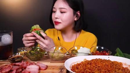 韩国吃播小姐姐,吃烟熏五花肉、火鸡面、拌韭菜、泡菜,吃得太过瘾了