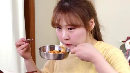 韩国吃播小姐姐,吃辣香肠汤加面、紫菜包饭、泡菜,吃完还有饭后甜点