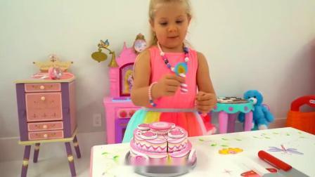 萌娃小可爱的玩偶小熊们可真是挑嘴呢!小家伙做的寿司、饼干和蛋糕,它们都不喜欢!