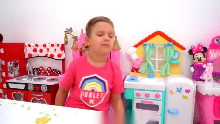 萌娃小可爱:放进盘子里的明明是披萨,怎么变成糖果了?这是什么情况呀?