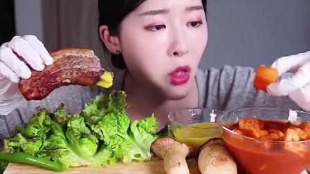 美女吃播小姐姐,直播蘸酱吃大肉,看着就是爽,不自觉的吞口水啊
