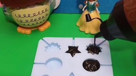 母后最喜欢吃巧克力,白雪给母后做各种形状的巧克力,母后很开心咯!