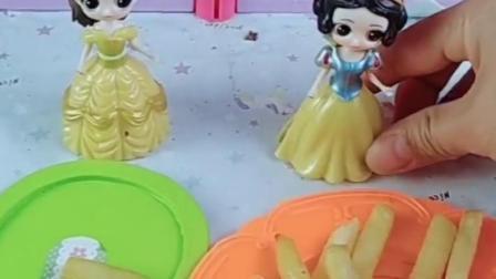 王后妈妈出去旅行,白雪做的薯条分着吃,贝儿会喜欢吃薯条吗?
