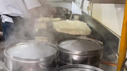 河南人早餐的标配胡辣汤水煎包外加一个鸡蛋。