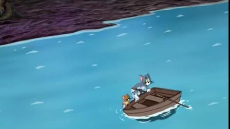 汤姆杰瑞被怪物吓得够呛,立马跳进河里,只有船上最安全了