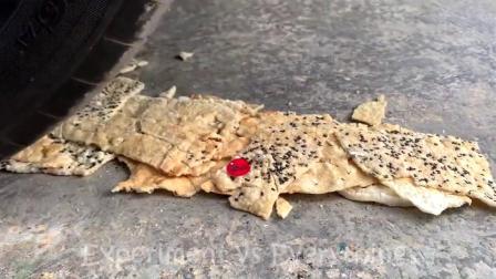 减压实验:牛人把饼干、玩具、水果放在车轮下,好减压,勿模仿