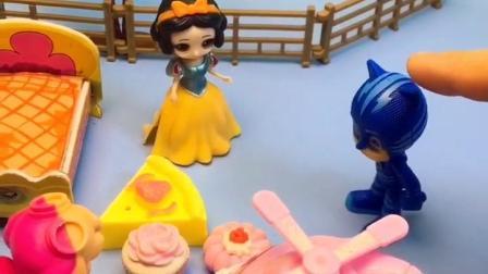 王后给白雪买了面包和蛋糕,白雪叫来好朋友一块儿吃,白雪是个懂分享的孩子!