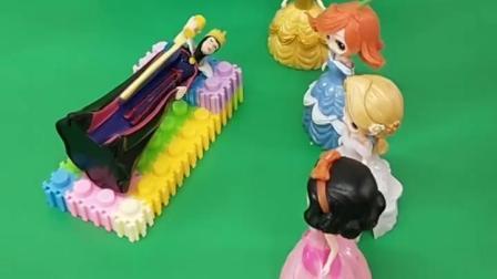 王后生病了想吃玉米,公主们都不愿去找,白雪帮王后找到了玉米