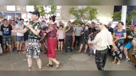 2020年8月14日,相约星期五歌友平台百盛优客城市广场周周演歌手马福林(福林)献歌