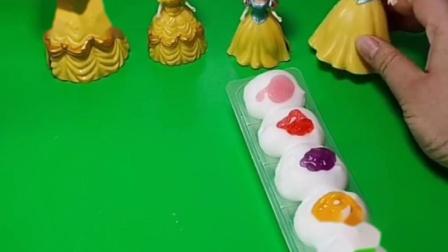 白雪做了奶油果酱蛋糕,白雪邀请小贝尔一起吃,贝尔公主拦着不让吃