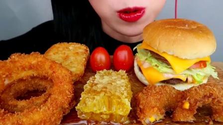 """韩国小姐姐吃播""""双层芝士牛肉汉堡土豆饼蜂巢蜜洋葱圈"""",听这咀嚼音,吃货欧尼吃得真香"""
