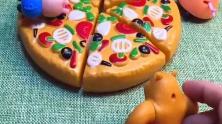 猪妈妈烤了大披萨,结果熊二来借锤子,他把披萨给吃了!